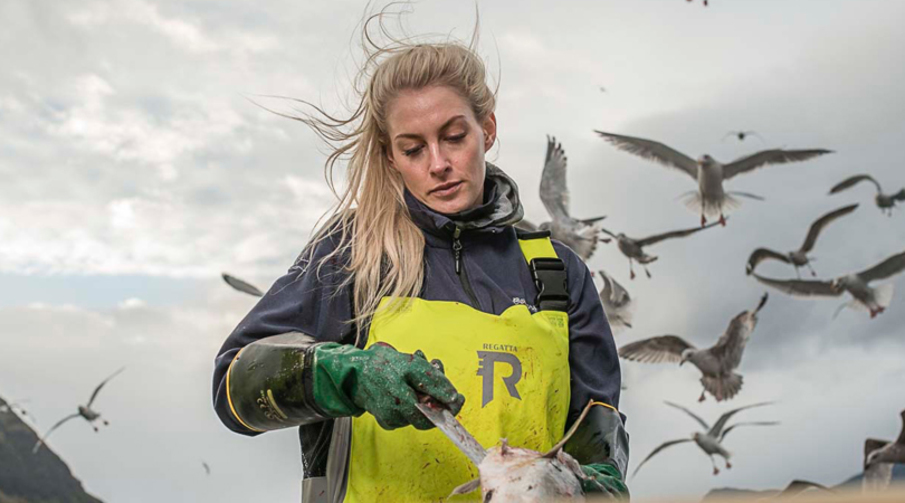 Tonje Dyb er fisker og snart styrmann om bord i Loran. Foto: Tony Hall.