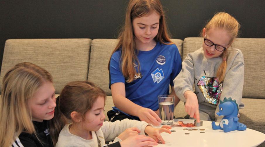 Andrea, Emmeli og Sienna får hjelp av Ella til å telle pengene fra Tannfeen.