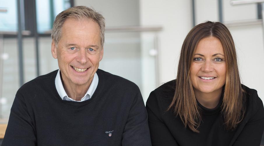 Elisabeth Blomvik, leder for divisjon personmarked i Sparebanken Møre sammen med Finn Tangen, banksjef ved Sparebanken Møres kontor i Molde.